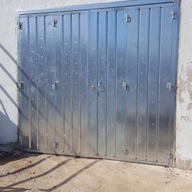 4 leaf Galvenised garage door with lock